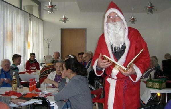 Der Weihnachtsmann im Altenzentrum des Diakonissenrings Metzingen. Foto: Privat