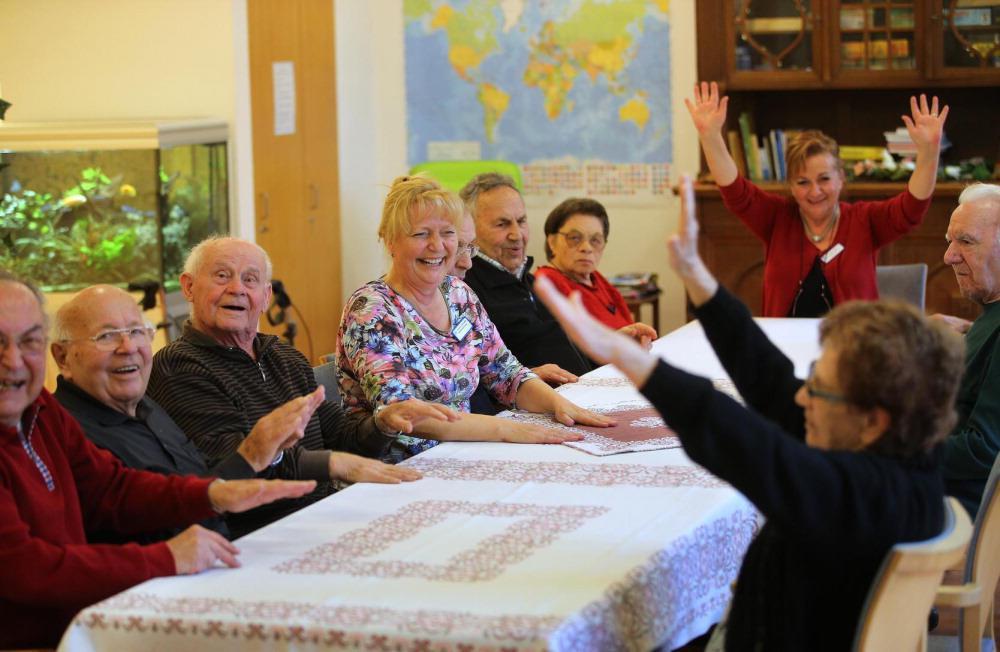 Eine fröhliche Runde: Bei der Tagespflege des Evangelischen Diakonissenrings wird auch bei kleinen Bewegungsübungen viel gelacht. Fotos: Thomas Kiehl